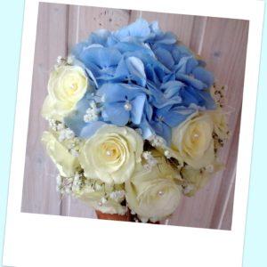 3a4e00dc400 Sini-valge pruudikimp rooside ja hortensiatega
